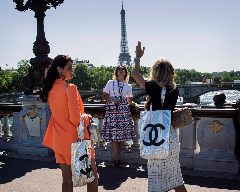 Italiaanse toeristen langs de Seine in Parijs. Ze denken dat ze zich uitdossen als de stereotype Parisienne, niets is minder waar. Ze zijn veel te uitbundig, met die grote Chanel-tassen.