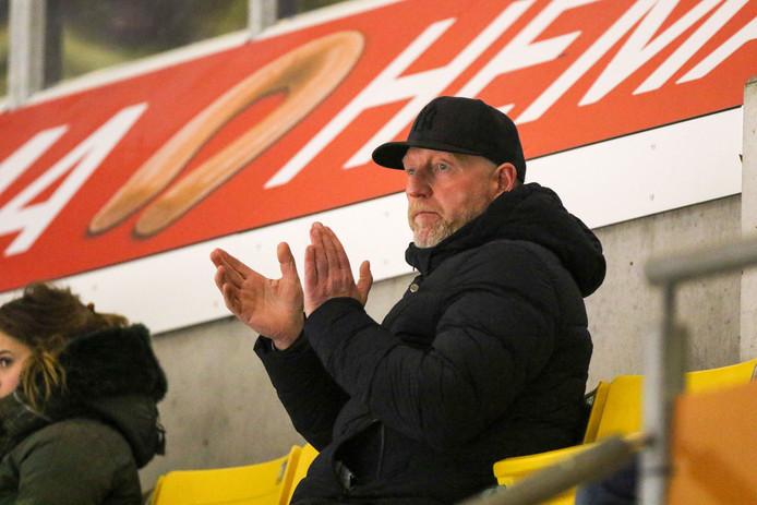 Trainer Frank Gentges van Nijmegen Devils klapt zijn handen stuk tijdens het duel met Antwerp Phantoms.