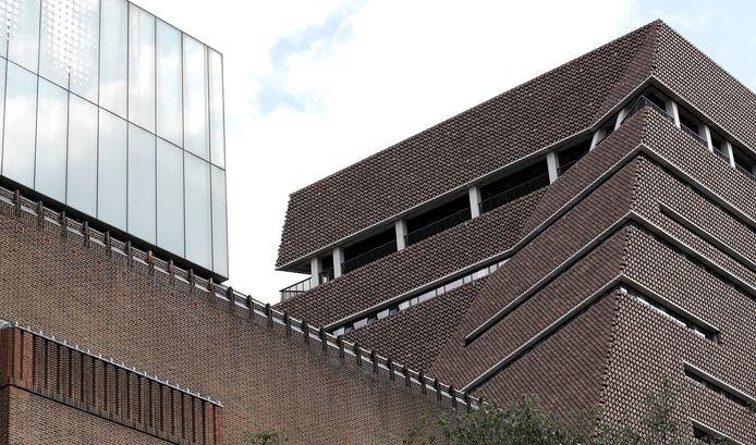 Le petit garçon a été jeté du dixième étage du musée et a atterri sur le toit du cinquième étage.