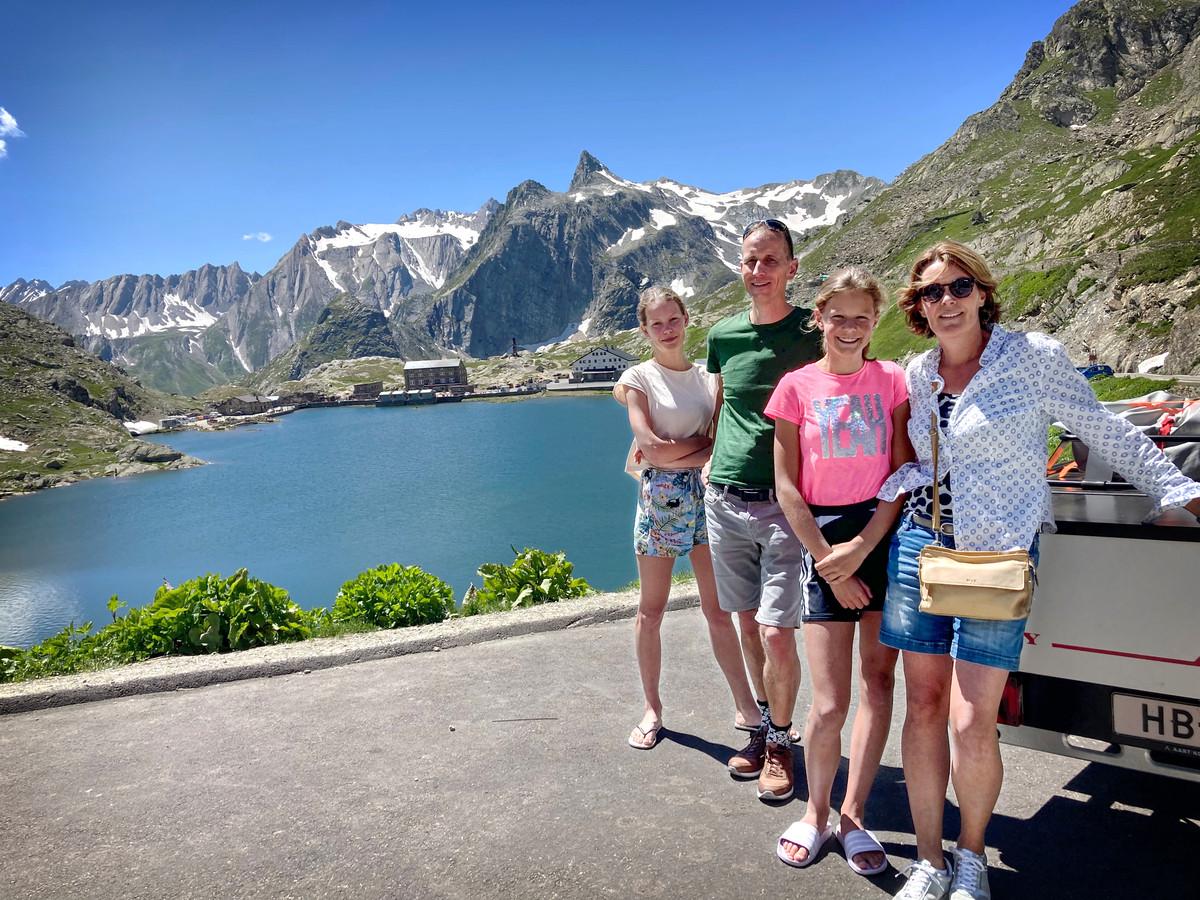 Het gezin Poppe uit Drachten, bovenop de Grote Sint-Bernard, op weg naar de camping in Italië.