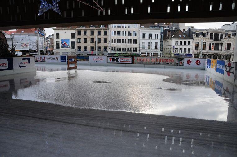 Het lijkt wel de Blaarmeersen in volle stadscentrum: omdat er geen stroom meer was, smolt de ijspiste in geen tijd.