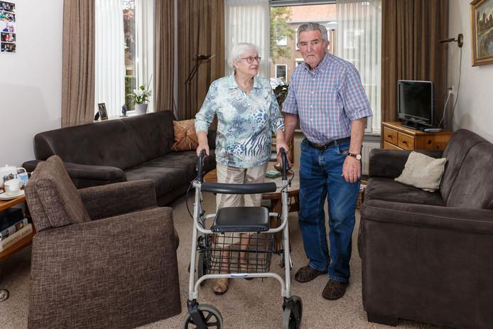 Albert en Henny Bakker in hun rijtjeswoning, die ze graag willen verlaten voor een appartement in het zorgcentrum.