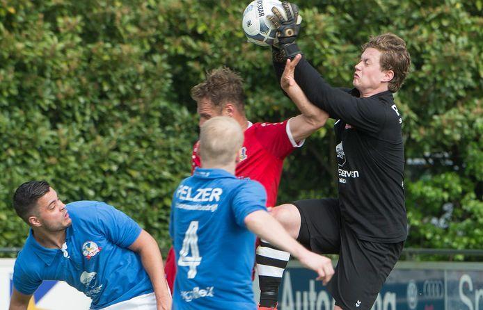 Doelman Jasper Görts van Olympia'18 redt tegen Berghem Sport.