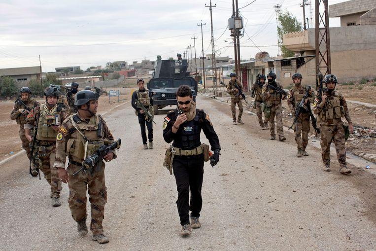 Het Iraakse leger in de straten van Gogjali. Gisteren werd het dorp heroverd op Islamitische Staat, vandaag zijn er opnieuw gevechten uitgebroken.