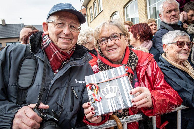 Royaltywatchers Erik Vanneste en Christiana Braekevelt uit Tielt hadden een geschenkje mee voor Mathilde