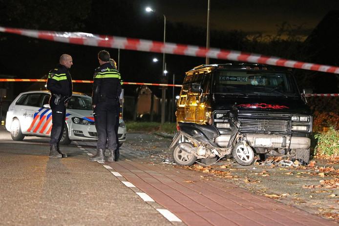 De man botste met zijn scooter op een busje.