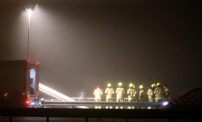 Hulpdiensten in de weer bij de Martinus Nijhoffbrug in Zaltbommel. Een schip voer er tegen een van de pijlers van de spoorbrug.