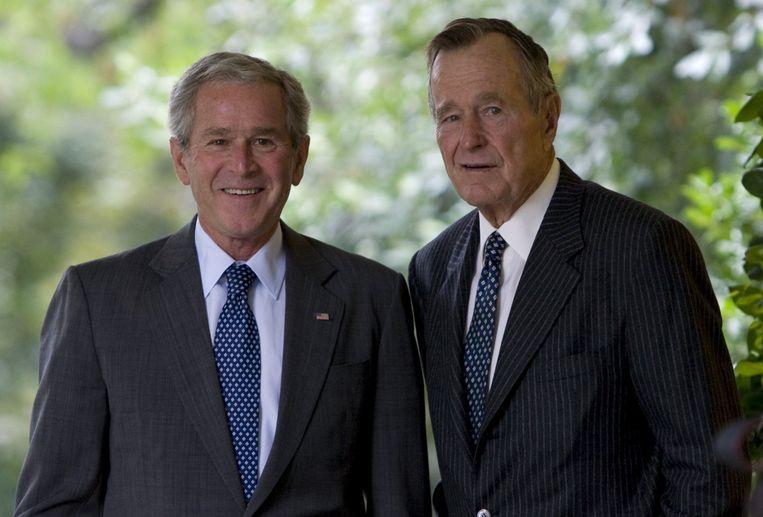 George W. Bush met zijn vader George H.W. Bush, de 43ste en 41ste presidenten van de VS.