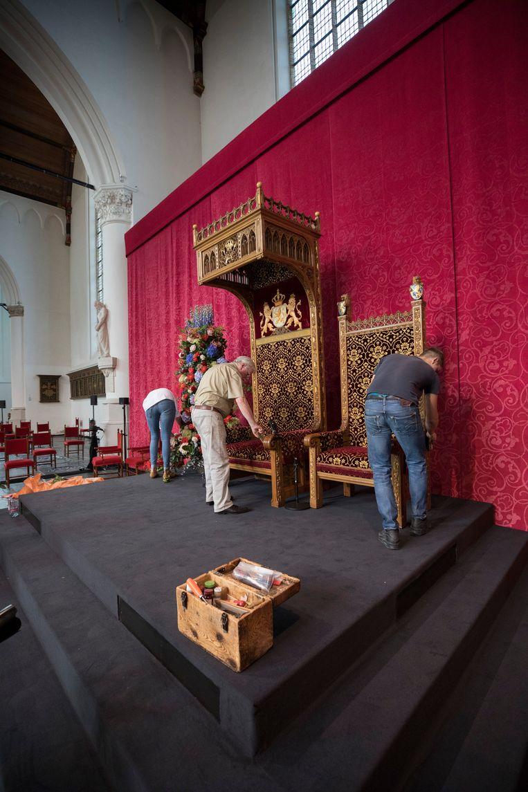 De troon van koning Willem-Alexander wordt klaargezet voor Prinsjesdag in de Grote Kerk in Den Haag. Daarnaast die van koningin Máxima.  Beeld Werry Crone