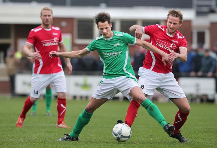 AZSV-middenvelder Mart Schutten (midden) in actie in een eerder duel.