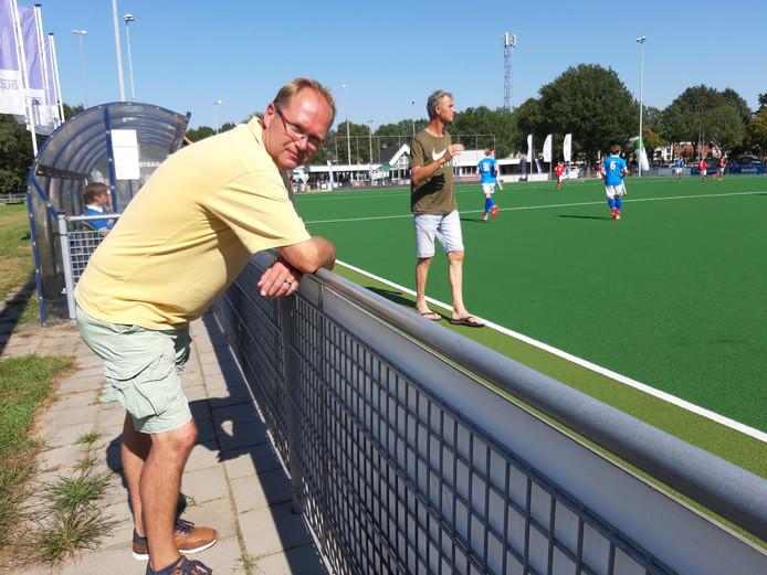 """Martijn Wildeboer langs de lijn bij het tophockeytoernooi van EHV vandaag (zaterdag): ,,Jammer dat de Pakistaanse ploeg moest afzeggen, ze kregen het visum niet rond."""""""
