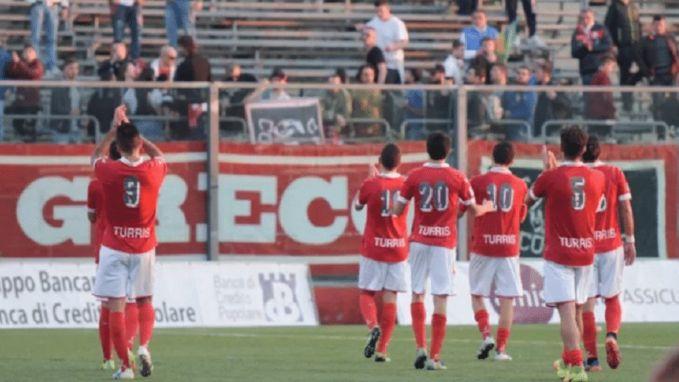 Bizar voorval in Serie D: Italiaan vijf wedstrijden geschorst voor plassen richting supporters tegenstander