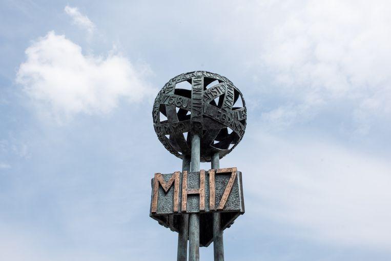 EINDHOVEN, Nederland, 23-05-2018. Herdenkingsbeeld ter nagedachtenis van de slachtoffer van vlucht MH17 bij de ingang van de militaire vliegbasis in Eindhoven. Beeld Simon Lenskens