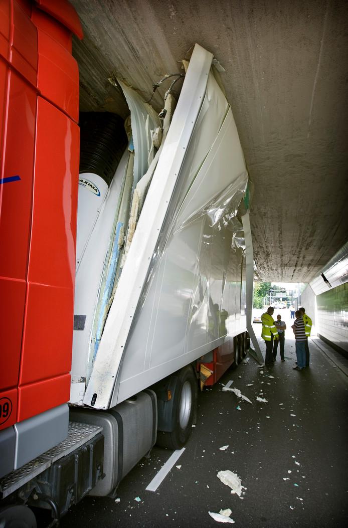 Het hoogtedetectiesysteem in de Maastunnel moet voorkomen dat vrachtwagens zich vastrijden.