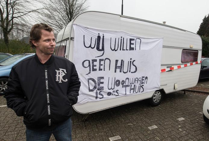 Herman Hoeree parkeerde bijna een jaar geleden zijn caravan voor het gemeentehuis in Didam om een nieuwe woonwagenstandplaats af te dwingen.