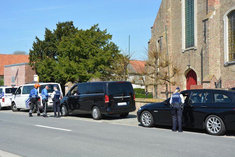 De politie controleert enkele voertuigen.