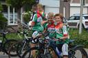 De deelnemers aan de Kleine Tour Steenbergen maken een ronde door het centrum als afsluint van het wielerevenement voor de jeugd.