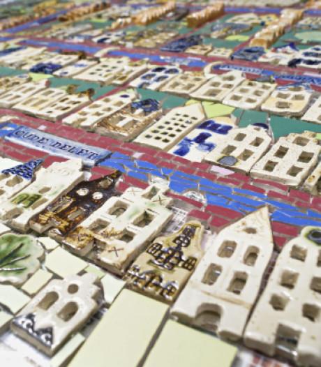 Keramieken kaart van Delft in de Papenstraat