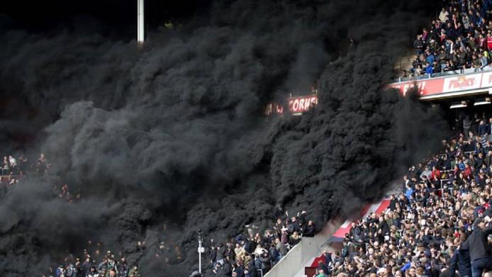 De drie rookbommen in het vak van de PSV-supporters zorgden op 23 april tijdens de wedstrijd tegen Ajax voor veel dikke zwarte rook in en boven het stadion. Vijftien mensen hadden hulp nodig van de EHBO.