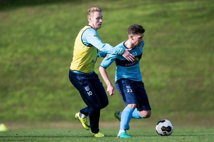 Stef Nijland (links) probeert in Mijas Danny Holla van de bal te houden.