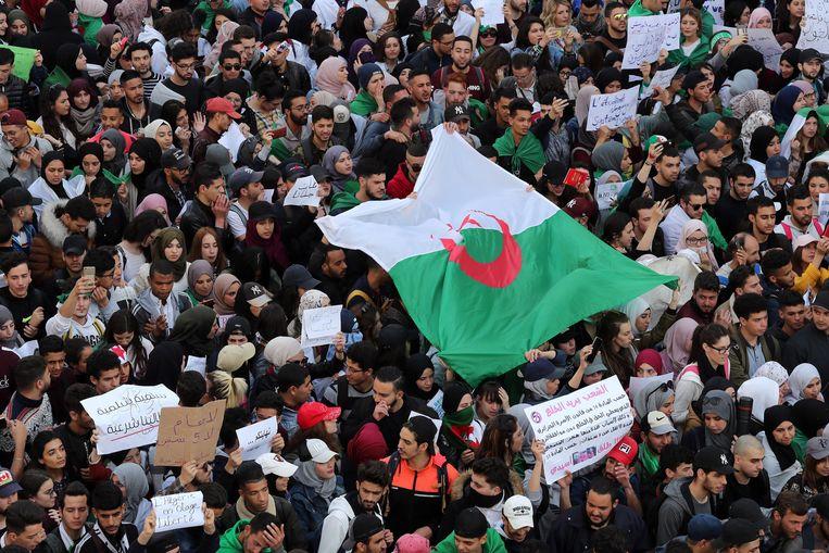 Algerijnse studenten protesteren al weken tegen de vijfde ambtstermijn, waarp[ de al sinds 1999 regerende Bouteflika aast. Beeld EPA