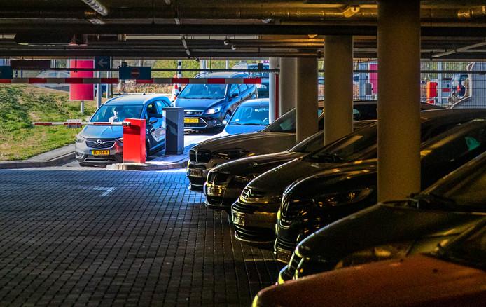 Auto's worden steeds groter, maar parkeerplekken (zoals hier bij het Deventer Ziekenhuis) zijn daar vaak niet op aangepast