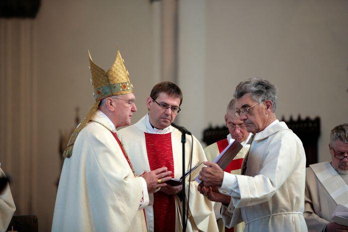 Vincent Blom (midden) tijdens zijn installatie in Sint-Oedenrode in november 2009. Links bisschop Hurkmans.