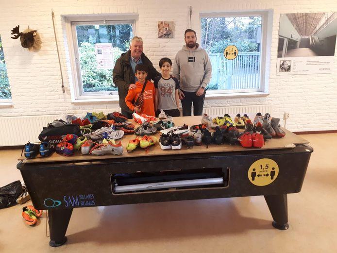 De schoenen werden namens FC Twente Vrouwen aangeboden door Bert Boes (links-bestuurslid jeugdfonds Sport & Cultuur Hengelo - Borne) aan Ryan Millar van het COA (rechts).