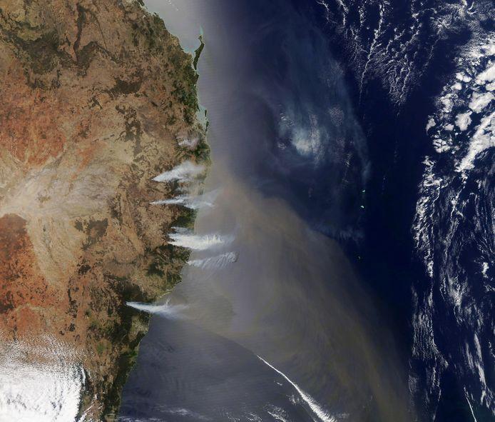 Een NASA-satellietfoto van de verwoestende bosbranden nabij de kust van New South Wales, Australië.