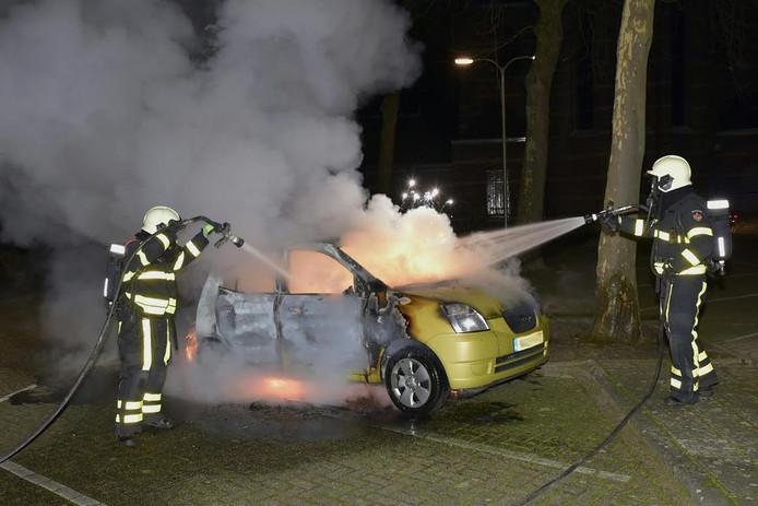 De brandweer was zeer snel aanwezig maar kon niet voorkomen dat een auto die in brand stond op een parkeerterrein aan de Kerkstraat in Berkel-Enschot verloren ging.