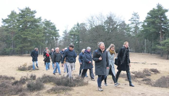 Tijdens een wandeling over de hei vertelt Babs van den Bergh (vooraan) over de dood van haar echtgenoot. René Gudde, voormalig denker des vaderlands.