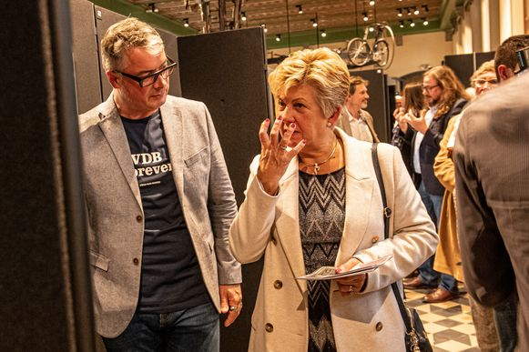 Stijn Vanderhaeghe en Chantal Vanruymbeke verkennen samen de expo.