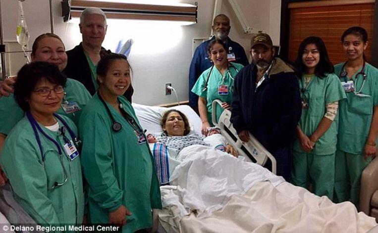 Maria met de tweeling en haar man omringd door medisch personeel van het Delano Regional Medical Center.