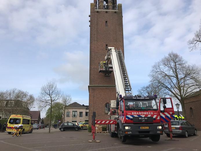 De brandweer probeert de man te redden na zijn val van de kerktoren in Velddriel.