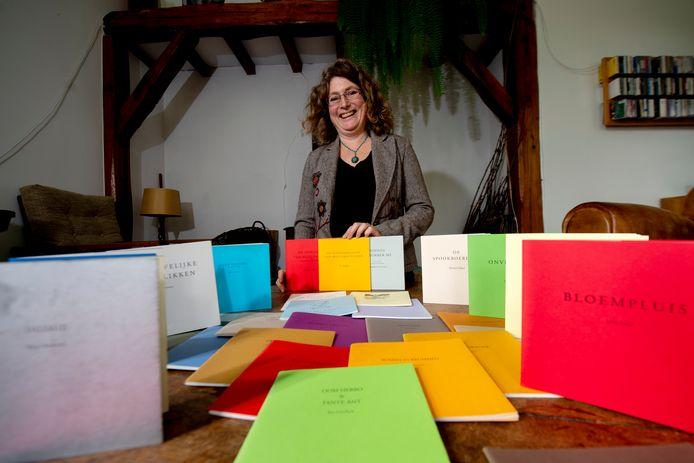 Ze heeft ze allemaal, de veertig boekjes die tot dusver verschenen bij De Geiten Pers. Marguerite Tuijn is een van uitgevers die Brummense literatuur laten schrijven.