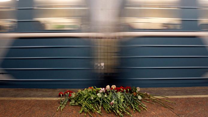 Een trein dendert langs het station Lubyanka in Moskou.