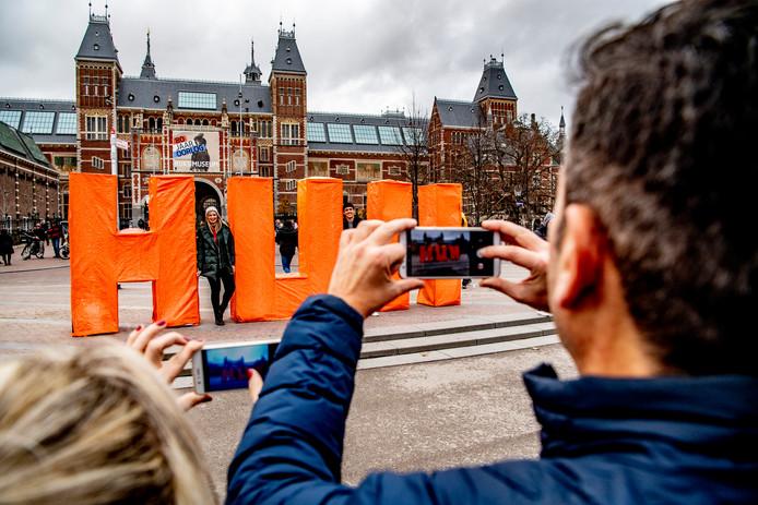 AMSTERDAM - De letters HUH op het Museumplein van designer Pauline Wiersema voor het Rijksmuseum in Amsterdam.