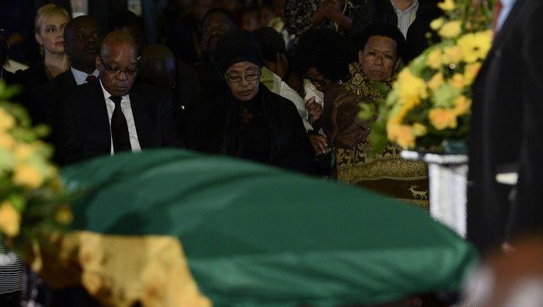 President Zuma en ex-vrouw van Mandela Winnie Mandela bij de kist op de Waterkloof-basis. Beeld afp