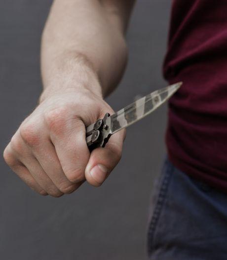 Vrouw (19) bedreigd met messen en van fiets getrapt door man op mountainbike in Borculo