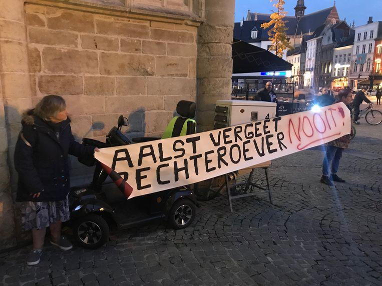 Protest aan de gemeenteraad eerder dit jaar door sympathisanten van Parol, Steunpunt Welzijn en Schulden Op School.