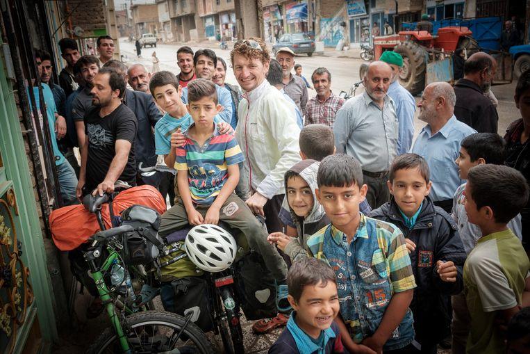 Veel bekijks voor buitenlandse fietsers in Iran.   Beeld Swinde Wiederhold