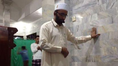 Aardbeving? Deze imam bidt gewoon verder (en gaat viraal)