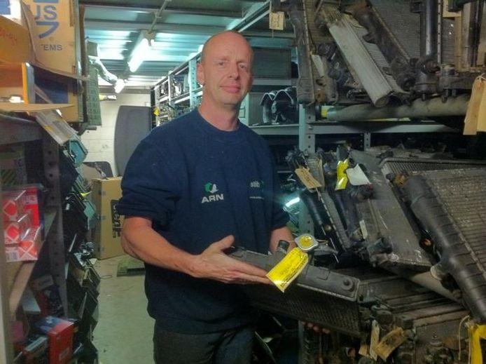 Gerard Koopman in het magazijn met een Opel-radiateur.foto Nils ten Brinke