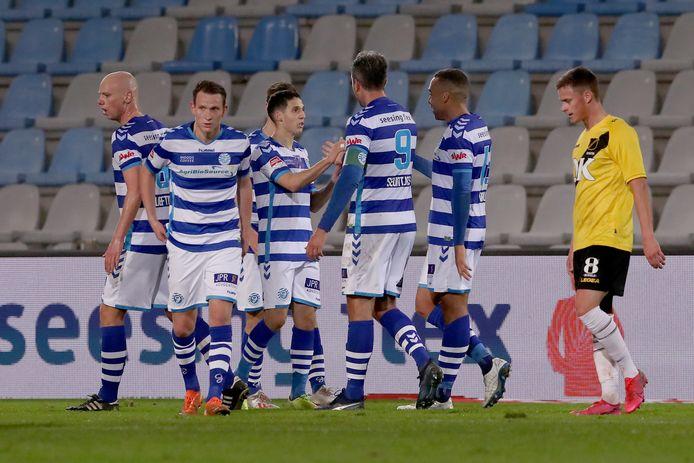 De Graafschap-matchwinnaar Mohamed Hamdaoui (derde van links) wordt geknuffeld na zijn goal tegen NAC Breda.