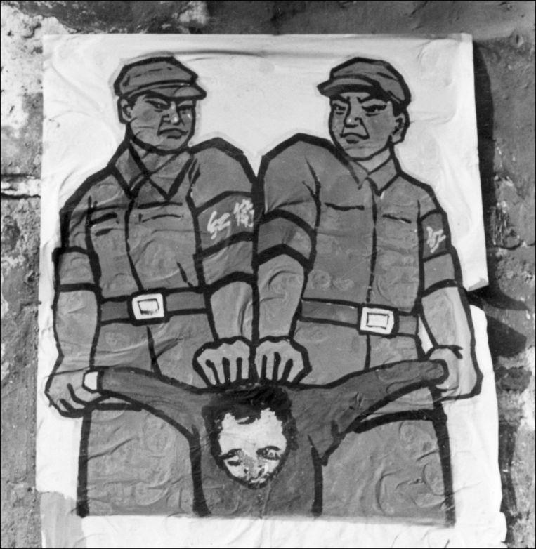 Een propagandaposter in Peking in 1966 geeft aan hoe er met 'vijanden van het volk' moet worden omgegaan. Beeld ANP