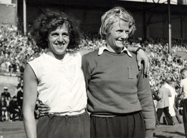 Foekje Dillema en Fanny Blankers-Koen omarmen elkaar in het Olympisch stadion. Beeld