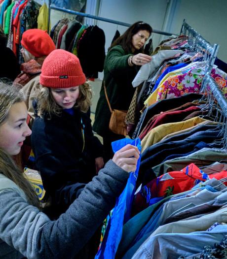 Vintage kleding shoppen in het Dordrechts Museum: 'Je vindt bij zo'n verkoop echt jezelf terug'