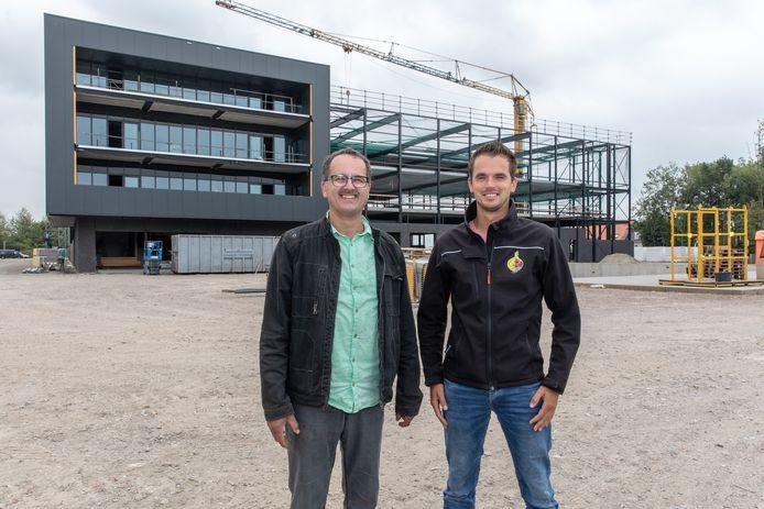 Vader Lijn en zoon Lindert Moerdijk voor de nieuwe fabriek van MSP Onions in Nieuwdorp