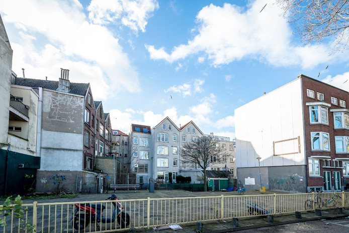 In de Rotterdamse Tweebosbuurt worden 600 woningen gesloopt. De mensen die daar wonen hebben recht op een urgentieverklaring.