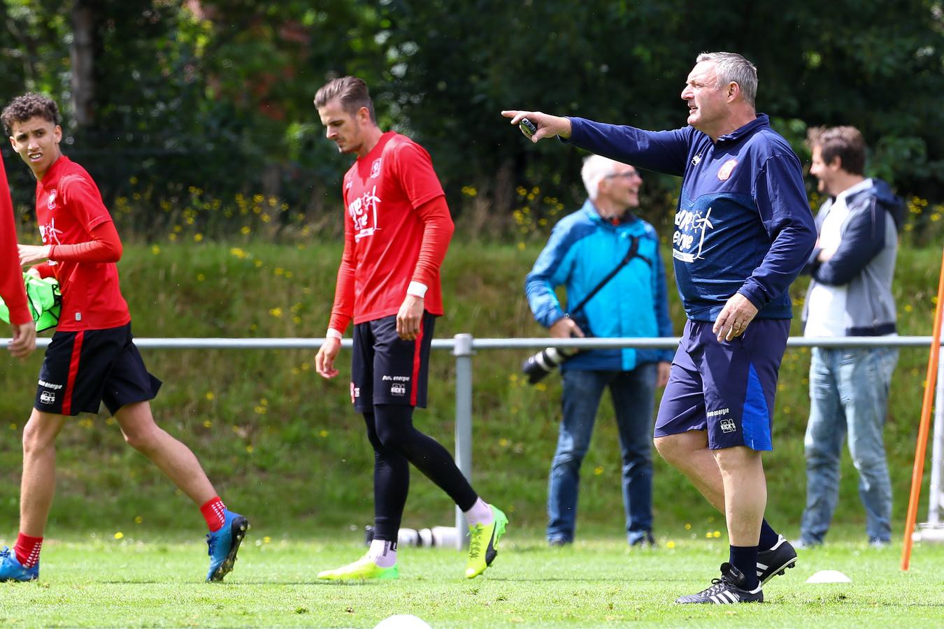 De nieuwe trainer Ron Jans wijst zijn spelers op de eerste training de weg.
